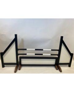 Obstacle noir (fermé) complet avec deux barres de saut, 4 supports de suspension et barrière d'obstacle noir