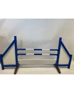 Obstacle bleu (fermé) complet avec deux barres de saut, 6 supports de suspension et une planche d'obstacles