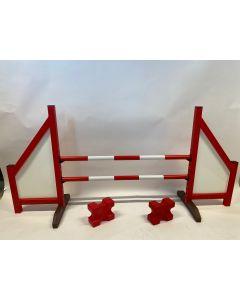 Obstacle rouge (fermé) complet avec deux poutres de saut, 4 supports de suspension et 2 blocs cavaletti