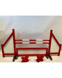 Obstacle rouge (fermé) avec deux poutres de saut, 4 supports de suspension, barrière d'obstacles et 2 blocs cavaletti