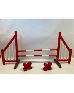 Obstacle rouge (ouvert) complet avec deux poutres de saut, 4 supports de suspension et 2 blocs cavaletti