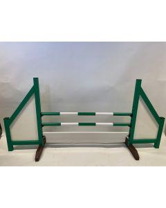 Obstacle green (fermé) avec 2 poutres de saut, 6 supports de suspension et panneau d'obstacles